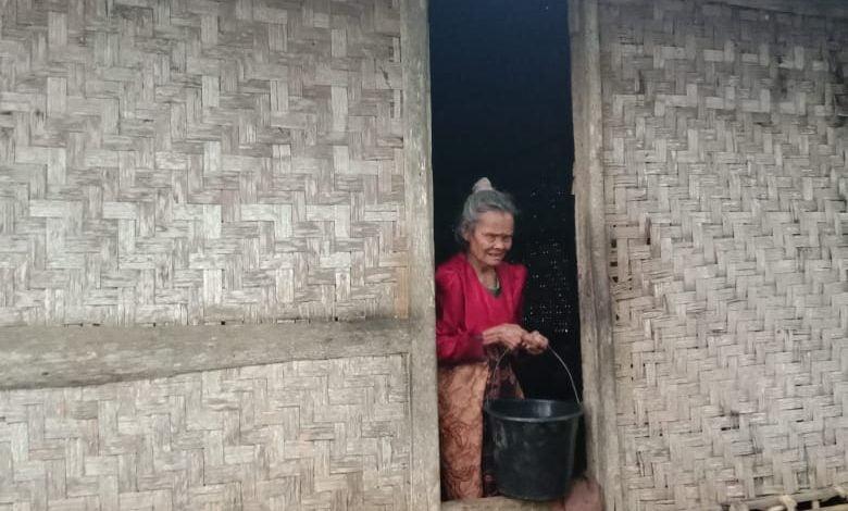 Nenek Nasih Hidup Sebatang Kara Diami Gubuk Nyaris Ambruk