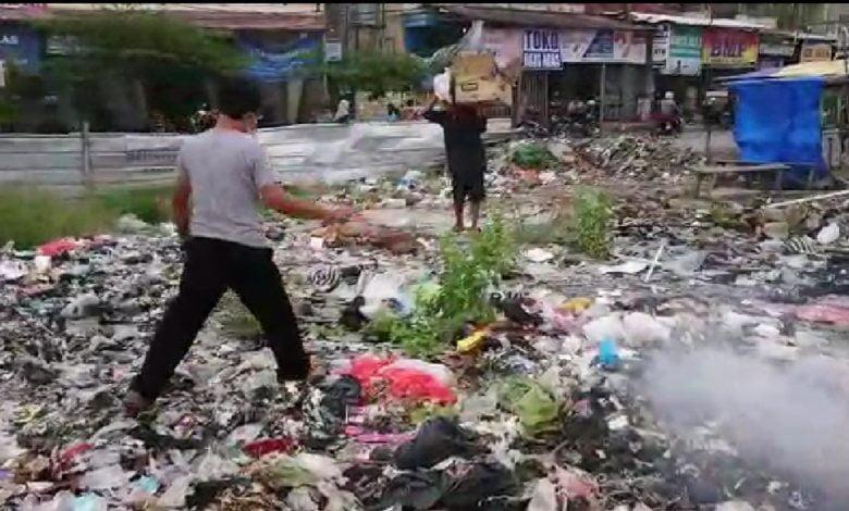 Petugas UPTD Pasar Ciranjang Tangkap Tangan Orang Buang Sampah Di Lahan Bekas Pasar