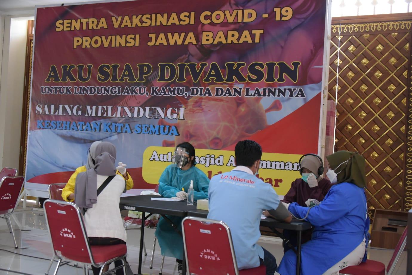 Pak Uu Tinjau Sentra Vaksinasi dan Vaksinasi Massal di Bandung 1