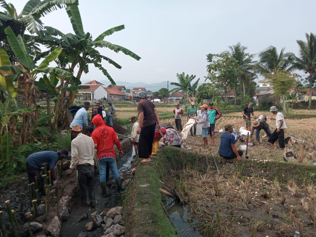 Warga Bojongpicung Gotong Royong Bangun TPT dan Bak Sampah 2