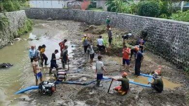 Warga Kampung Pasirangin Bersihkan Sampah Antisipasi Banjir